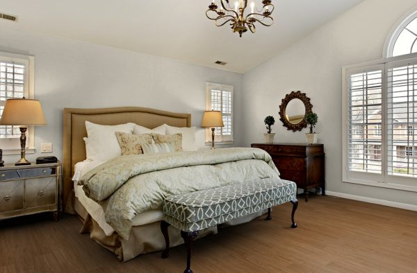 Natural Oak Vinyl Click Flooring by Luvanto - bedroom